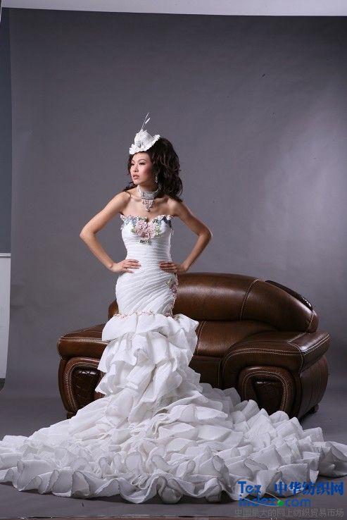 价格 0 款式 多 我是上海帮谊服饰设计制作公司,专业从事礼服婚纱销售