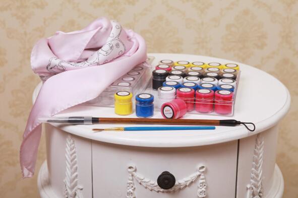 手绘是手绘丝巾创作的关键步骤手绘者的绘画功力决定了丝巾的美感.